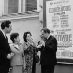 En 1966, devant l'affiche du concert symphonique que Jolivet dirige à Moscou, en conversation avec ses interprètes la harpiste Véra Doulova et le flûtiste, Alexandre Korneev.concert symphonique