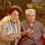 En Provence, en compagnie de son épouse, il se repose dans le jardin d'amis.