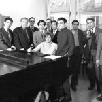 Jolivet entouré de ses élèves au Conservatoire de Paris (CNSM)