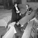 Jolivet fait répéter à Jacques Toja et Jean Piat les parties chantées de leurs rôles dans le Barbier de Séville de Beaumarchais.