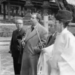 Au Japon, accompagné dans la visite d'un temple par un maître de cérémonies.
