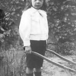 Au Raincy, dans le jardin de la maison familiale, il pousse sa brouette. (1910) Le petit André pousse la brouette