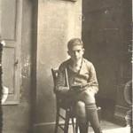 Le sage enfant de 13 ans s'adonne à la lecture. (1918)