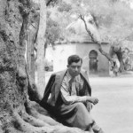 At the beginning of the 30s, Jolivet discovered the traditional North African music. Here, he is sitting in Blida, in front of the tomb of an Islamic holy man listening to a flute player.