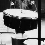 Jolivet dirige un groupe de percussionnistes qui interprète l'œuvre composée en hommage à Varèse, Cérémonial.