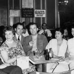 """En 1959, première session du Centre Français d'Humanisme Musical (CFHM) à Aix-en-Provence. Les Jolivet en compagnie, à la terrasse des """"Deux Garçons"""", (on reconnaît Jacques Chailley, Serge Baudo, Lucette Descaves à gauche et Geneviève et Marc Honegger à droite)."""